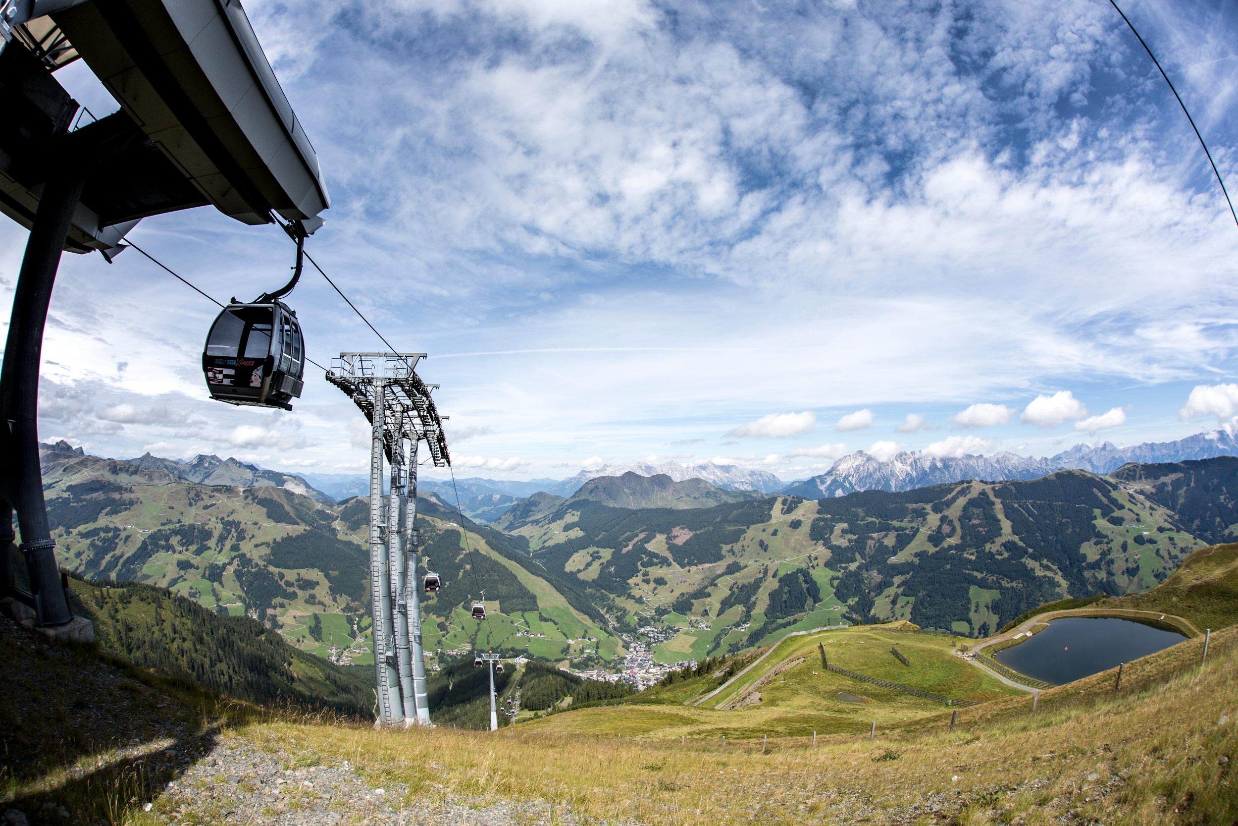 Transport auf den Gipfel mit modernsten Kabinenbahnen.
