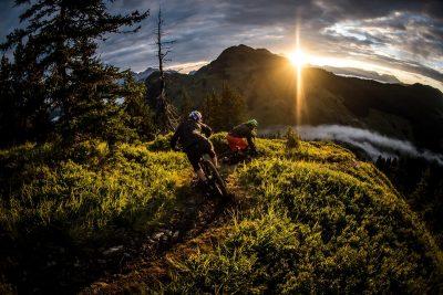 Downhillen und Biken bei Sonnenuntergang in Saalbach Hintergelmm