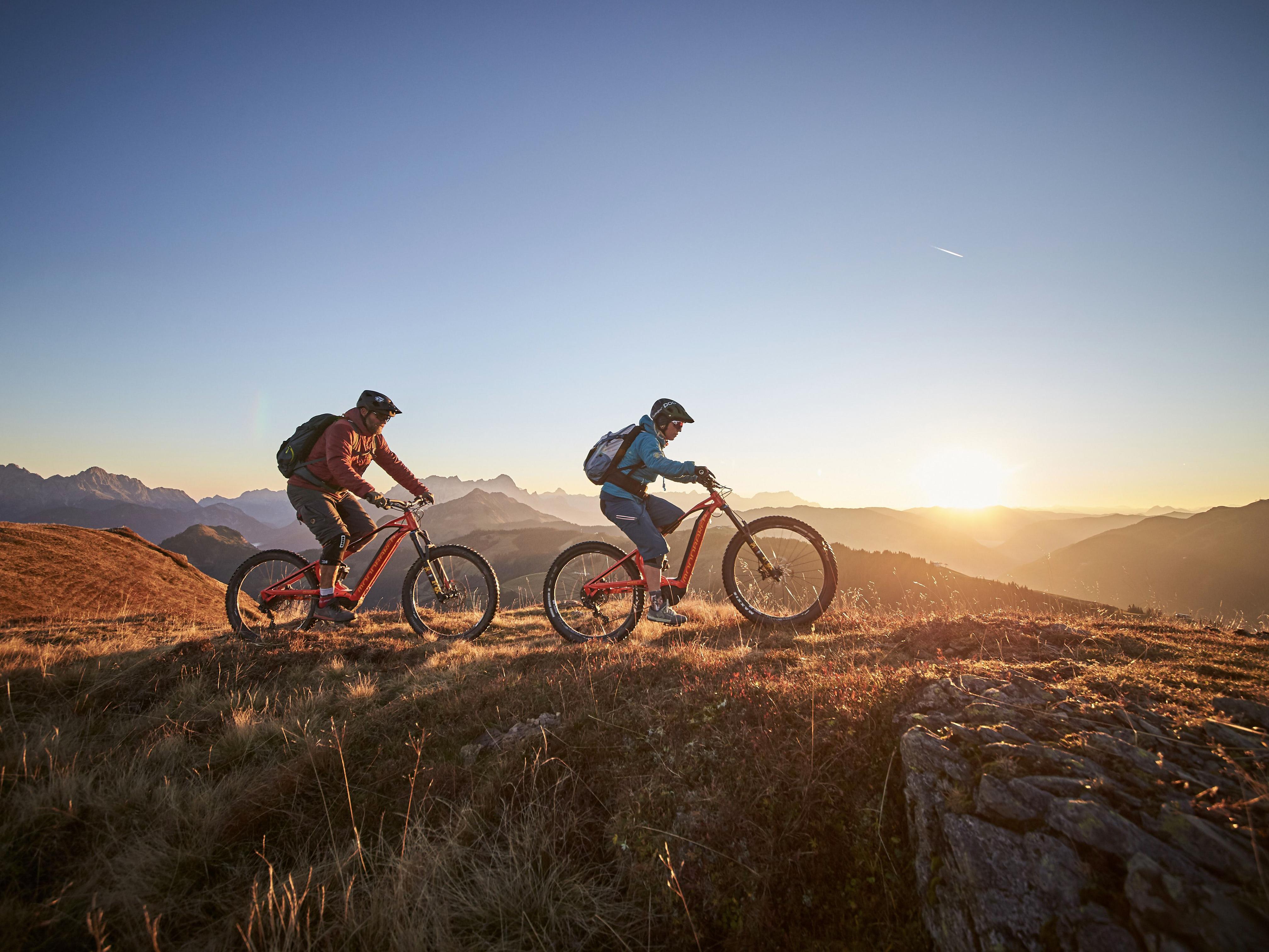 Atemberaubenden Panoramablick über die Bergwelt beim Panoramabiken in Saalbach-Hinterglemm.